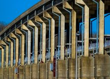Brug over Dam bij het Park van de de Lenteheuvel Royalty-vrije Stock Fotografie