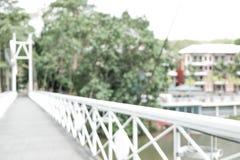 Brug over de achtergrond van het rivieronduidelijke beeld Stock Afbeeldingen