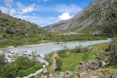 Brug over de Akkem-rivier Het nationale park van de Belukhaberg De Bergen van Altai, Rusland royalty-vrije stock afbeeldingen