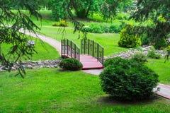 Brug over de beek in het park Het Concept van het landschapsontwerp Stock Afbeeldingen