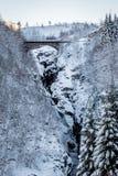 Brug over de bergen van de sneeuwcanion stock fotografie