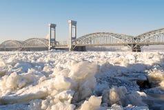 Brug over de bevroren rivier Royalty-vrije Stock Afbeelding