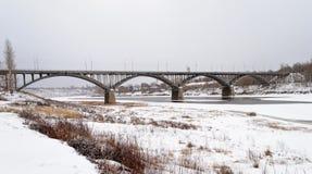 Brug over de bevroren Volga Rivier in Staritsa, de donkere winter Stock Fotografie