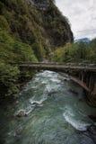 Brug over de Bzyb-bergrivier in Abchazië Stock Foto's