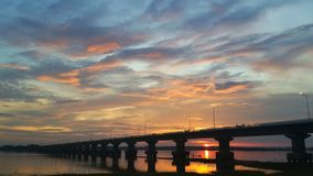 Brug over de dam onder bewolkte hemel Royalty-vrije Stock Foto