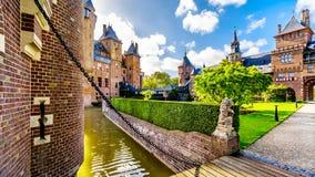 Brug over de Gracht die Castle DE Haar omringen stock foto's