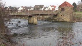 Brug over de houten rivier Het gaan op een houten brug over de rivier op een de winterdag stock video