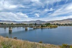 Brug over de Kawarau-Rivier en Meer Dunstan in de gemeente van Cromwell, Centrale Otago, Nieuw Zeeland stock afbeelding