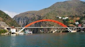 Brug over de Kleine Drie Kloven van Yangtze in Wushan China stock afbeelding