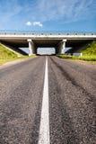 Brug over de landelijke weg Stock Afbeeldingen