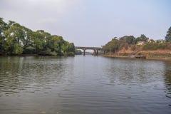 Brug over de oude rivier in India wordt geconstrueerd dat royalty-vrije stock afbeeldingen