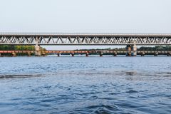 Brug over de rivier bij zonsondergang stock fotografie