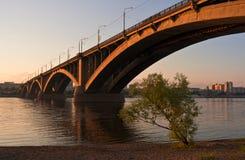 Brug over de rivier bij zonsondergang Stock Afbeeldingen