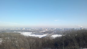Brug over de rivier in de winter Stock Foto's