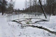 Brug over de rivier in de winter Stock Afbeeldingen
