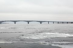 Brug over de Volga rivier tussen de steden van Saratov en Engels Ijs op de rivier Rusland Stock Foto's