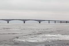 Brug over de Volga rivier tussen de steden van Saratov en Engels Ijs op de rivier Rusland Royalty-vrije Stock Afbeelding