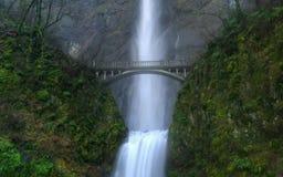 Brug over de waterval royalty-vrije stock afbeeldingen