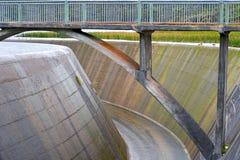 Brug over een dam Royalty-vrije Stock Afbeeldingen