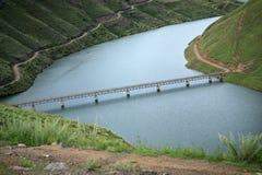 Brug over een deel van Dam Katse in Lesotho Stock Afbeeldingen