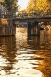 Brug over een kanaal in Amsterdam Stock Fotografie