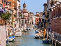 Brug over een kanaal in Venetië, Italië Stock Afbeeldingen