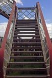 Brug over een spoorweglijn Stock Foto's