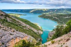 Brug over het azuurblauwe meer van Sainte Croix Royalty-vrije Stock Afbeeldingen