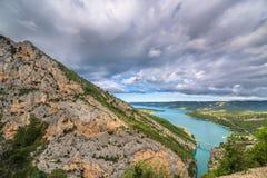 Brug over het azuurblauwe meer van Sainte Croix Stock Afbeeldingen