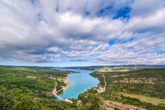 Brug over het azuurblauwe meer van Sainte Croix Stock Afbeelding