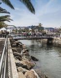 Brug over het estuarium in Puerto DE Mogan op Gran Ccanaria met toeristen Stock Foto's