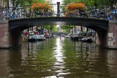 Brug over het kanaal, Amsterdam Stock Foto's