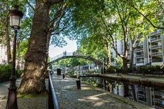 Brug over het Kanaal Saint Martin in Parijs stock afbeeldingen