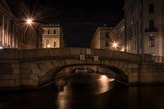 Brug over het kanaal in St. Petersburg Stock Foto