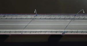 Brug over het riviersatellietbeeld van hierboven Mensen en auto's die zich op de brug bewegen stock footage