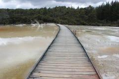 Brug over het thermische meer Stock Afbeelding