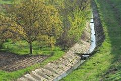 Brug over het water aan het landbouwbedrijf Royalty-vrije Stock Foto