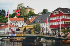Brug over het water Noorse toeristen Varende vlaggen stock foto