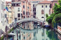 Brug over kanaal in Venetië Royalty-vrije Stock Afbeeldingen
