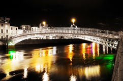 Brug over kleurrijke wateren bij nacht in de stad Royalty-vrije Stock Foto's