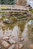 Brug over koivijver en rotsen in Japanse Tuin Stock Fotografie