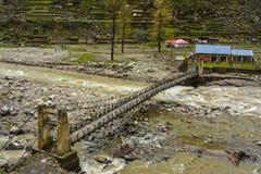 Brug over Kunhar-Rivier in de Vallei van Naran Kaghan, Pakistan Stock Fotografie