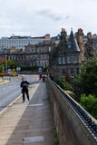 Brug over Leith met Dean Village in Edinburgh, Schotland stock foto's