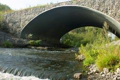 Brug over rivier royalty-vrije stock afbeelding
