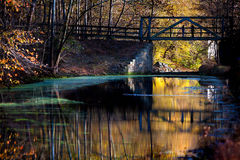 Brug over rivier bij de herfst Royalty-vrije Stock Fotografie