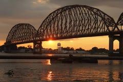 Brug over rivier bij zonsondergang Royalty-vrije Stock Afbeelding
