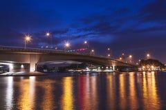 Brug over rivier in de avond Royalty-vrije Stock Afbeelding