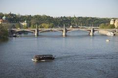 Brug over Rivier Vltava in Praag stock afbeeldingen