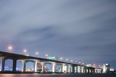 Brug over St. Johns rivier bij Nacht. royalty-vrije stock foto's