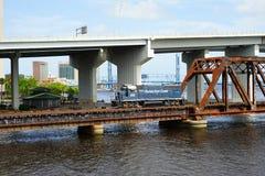 Brug over st johns rivier en trein royalty-vrije stock afbeelding